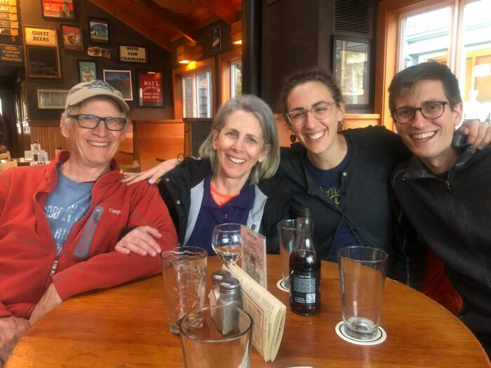 Fyra personer vid ett matbord