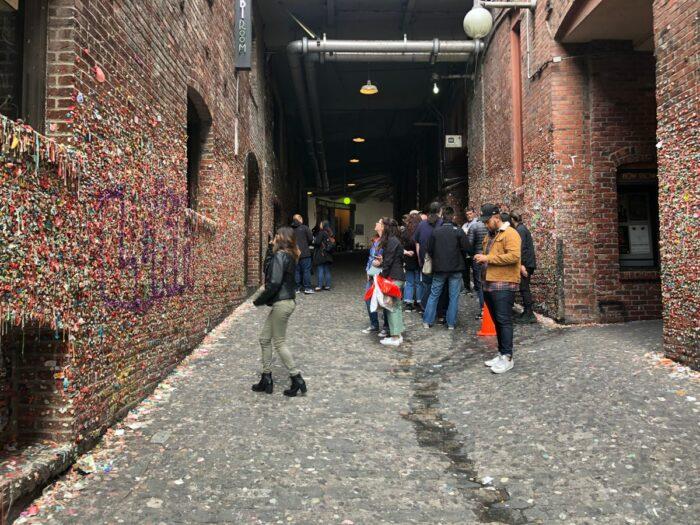 Folk som fotograferar En liten del av Market Theater Gum Wall