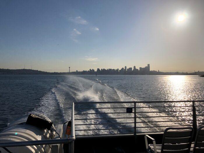 På båt med Downtown Seattle i bakgrunden
