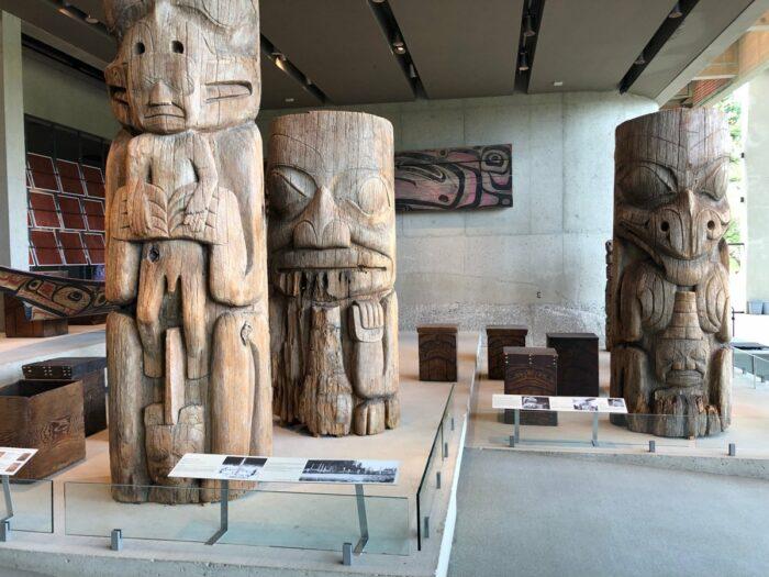 Fler trädskulpturer i huvudsalen