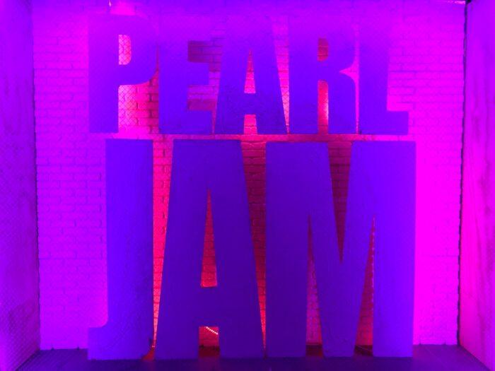 Skylt av Pearl Jams logotyp