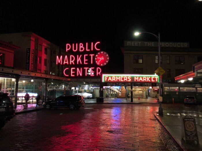Ingången till Pike Place sent på kvällen