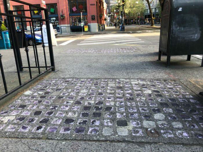 Sektion med glas på trottoar.