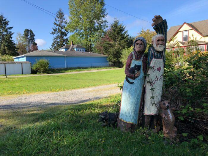 Trädskulpturer vid väggrenen