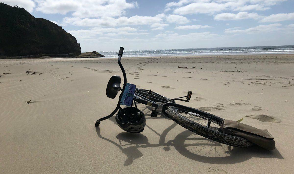 Cykel ligger på strand