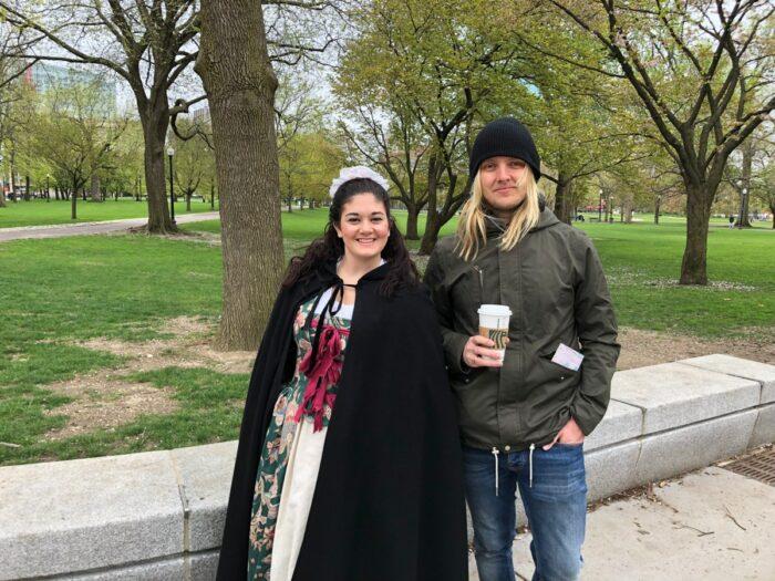 Jag tillsammans med historieguide i park